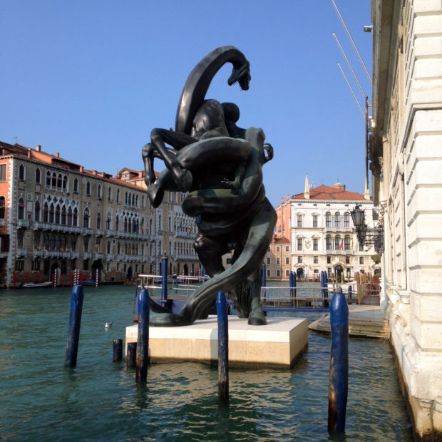 Trois parts de pizza plus tard, sur un autre bateau, nous passons devant le palazzo  Grassi, un aperçu de l exposition « unbelievable » qui nous attend ... 8801e4f335f