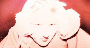Théo Cloux, connu sous le nom de T/O sortira le 2 mars son nouvel album, Ominous Signs. C'est sous le label October Tone qu'il présente cet album de 9 titres, dans lequel on peut retrouver le premier extrait dévoilé courant décembre, A Dog In The Sleeve.