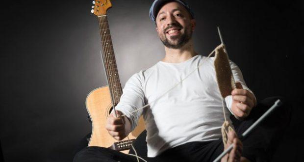Olivier Musica, chanteur guitariste, tisse des mélodies et des textes poétiques sur des airs rythmés, moelleux, chaleureux comme le jazz, surpiqués de funk, de pop et de ballade, où se mélangent les couleurs de l'amour.