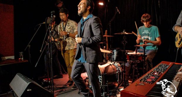 Monkey Inc, c'est la rencontre entre des musiciens aux influences variées allant du funk au rock en passant par le jazz. Des mélodies entrainantes et des solos endiablés, c'est avant tout un groove puissant qui vous fait danser jusqu'au bout de la nuit.