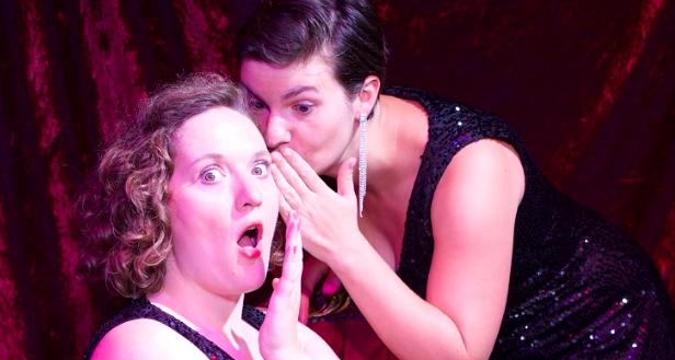 Deux sœurs, deux chanteuses, deux femmes fatales, Les Jeanines (Jeanne & Annie) est un duo à l'univers bien trempé, à mi-chemin entre Dalida et les Brigitte, un juste cocktail entre paillettes et boules à facettes.