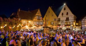 L'Alsace fait partie intégrante du patrimoine viticole français. C'est pour cette simple et bonne raison que les villages viticoles de la Route des Vins d'Alsace s'animent chaque année, pour célébrer ce doux breuvage, à l'occasion des nombreuses et célèbres Fêtes du Vin.
