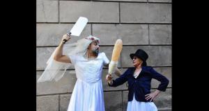 La 25e revue satirique de La Choucrouterie, « Noces, feras-tu ? - Hirot Lach'sch dich hin », se moquera de tout et de tout le monde. Elle passera à la moulinette les politiques locaux, se moquera des Lorrains, parlera du mariage Bas-Rhin et Haut-Rhin...