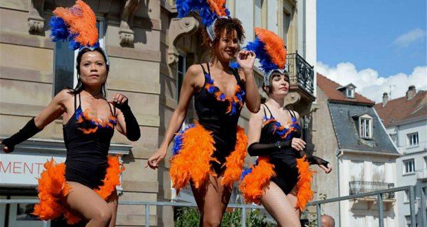 Fusion de rythmes africains et portugais et apparue dans les quartiers populaires du Brésil, la Samba est devenue la danse nationale et celle du plus grand carnaval du Monde.