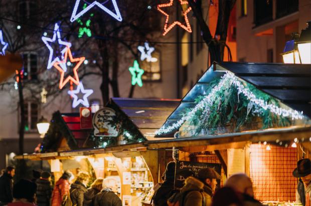 Qui dit Noël en Alsace, dit marchés de Noël. Du marché traditionnel au marché médiéval, des produits artisanaux aux créateurs locaux, toutes sortes d'événements sont organisés dans toute la région, de mi-novembre à fin décembre, voir début janvier.