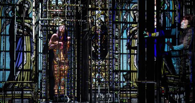 En plongeant dans La Religieuse, œuvre incontournable de Diderot, le Collectif 8 poursuit sa recherche entre théâtre, vidéo et arts numériques et propose une vision d'actualité sur l'endoctrinement, l'objetisation de l'individu et sa dissolution dans la communauté.