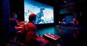 Une quête périlleuse, des explorateurs intrépides, un amour impossible, une contrée fantastique peuplée de dinosaures, le tout électrisé par une musique narrative et réactive... Voici le programme que propose l'ensemble OZMA à l'occasion de son ciné-concert Le Monde Perdu, en tournée en ce début d'année.