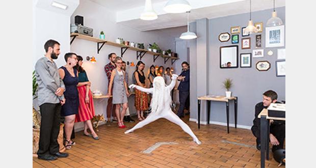Trois fois par an, l'association Accélérateur de Particules organise à Strasbourg et dans le Grand Est un repas collaboratif dans un lieu surprise, appelé La Dînée, pour permettre à quarante convives de découvrir et de soutenir le travail de trois artistes sélectionnés par un jury de professionnels.