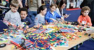Le jeu évolue, il n'est plus réservé aux enfants, il est partout, à la maison, à l'école, dans votre poche et même dans l'entreprise. Le jeu, synonyme de plaisir, s'adresse à tous ! C'est pour cette bonne et simple raison qu'Happy'Games a voulu permettre à à chacun d'entrer dans ce monde ludique.