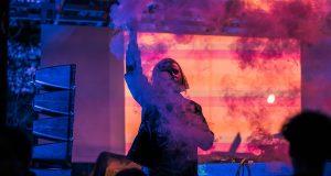 Les vibrations d'une musique enivrante qui font bouger tes jambes. La douceur du matin, le soleil brulant, la fraicheur du vent, le crépuscule, les nuages de terre battue, les néons qui éclairent ta peau... Le Longevity Festival est de retour du 30 août au 1er septembre au Jardin des Deux-Rives à Strasbourg !