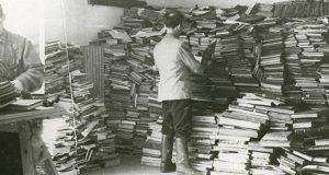 De septembre 1941 à 1944, Vilnius est occupée par les nazis. Ces derniers contraignent une quarantaine de juifs enfermés dans le ghetto, notamment des poètes, des artistes et des intellectuels renommés, à participer à la destruction des prestigieuses bibliothèques. Ce groupe, surnommé, La brigade des papiers...